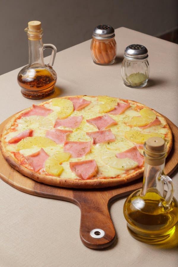 Läcker pizza tjänade som på träplattan - Imagen arkivfoton