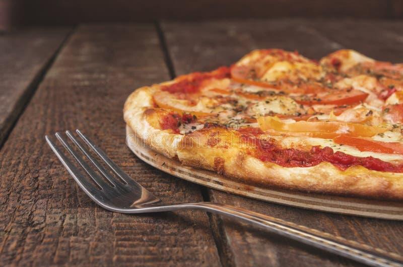 Läcker pizzamargarita med mozzarellaen på den mörka trätabellen royaltyfria bilder