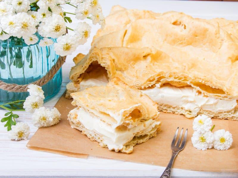 Läcker polsk kaka med kräm_Karpatka royaltyfria foton