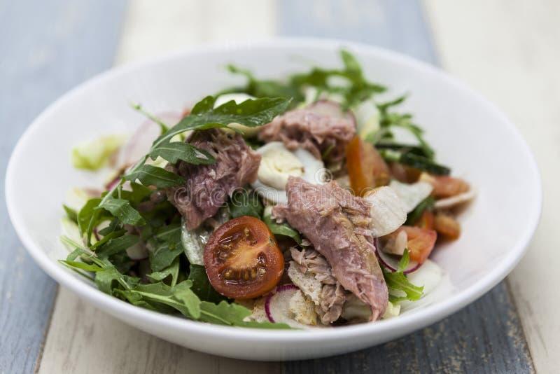 Läcker sallad för ny grönsak med tonfisk på en vit porslinplatta royaltyfri foto