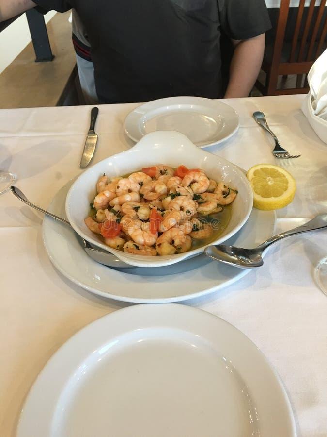 Läcker skaldjur på den lokala restaurangen i Oeiras, Portugal royaltyfri foto