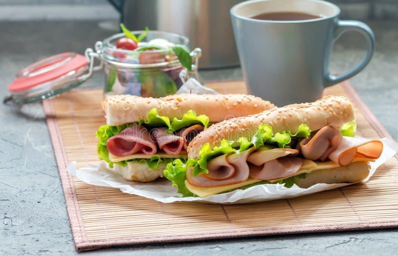 läcker skinka och ny bagettsmörgås royaltyfri foto