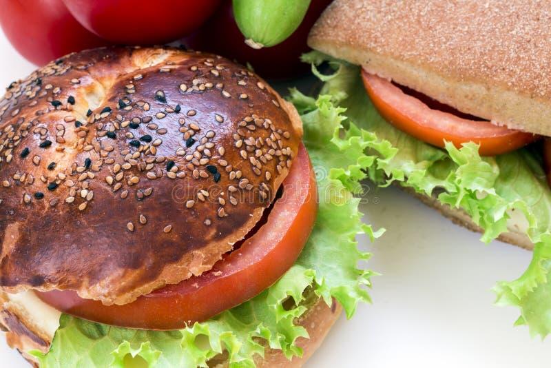 Läcker skinksmörgås på den vita bakgrunden arkivbild