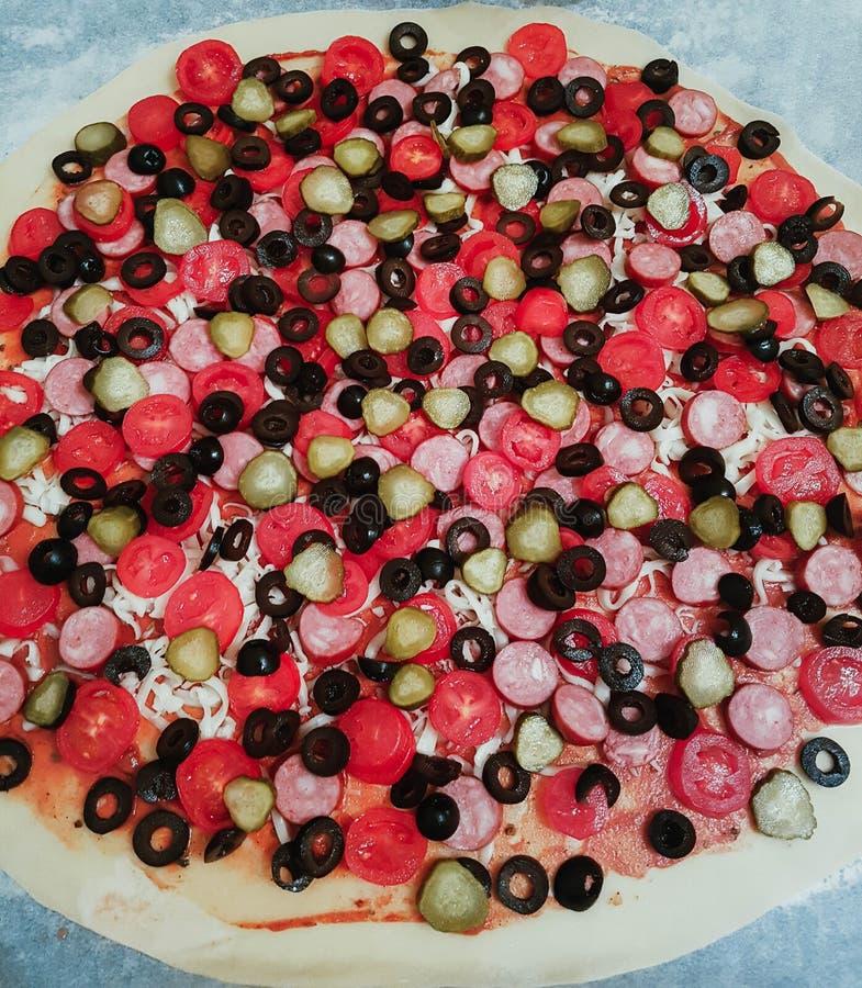 Läcker smaklig pizza med tomater, ost och oliv på tunn frasig deg arkivbild