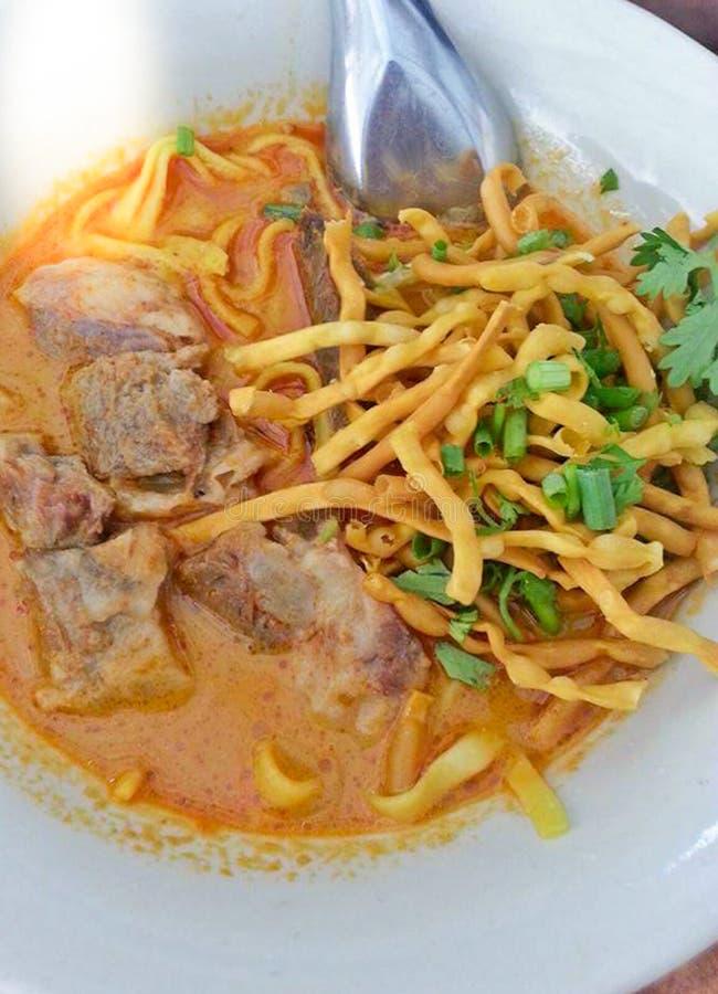 Läcker smaklig thailändsk nordlig stil ryktade nudelsoppa med nötkött i en bunke Khao Soi, nordligt slut för Thailand matbakgrund arkivfoto