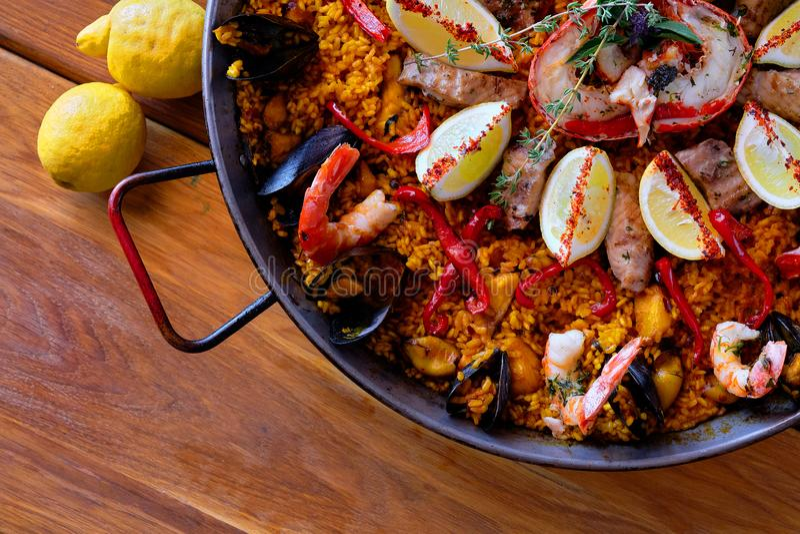 L?cker spansk havs- paella arkivfoto