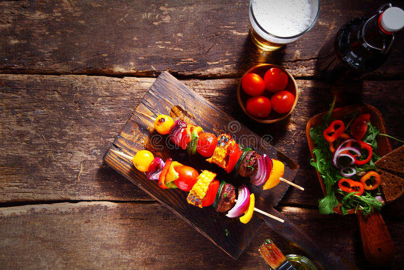 Läcker stånglunch av nya vegetariska kebaber arkivbild