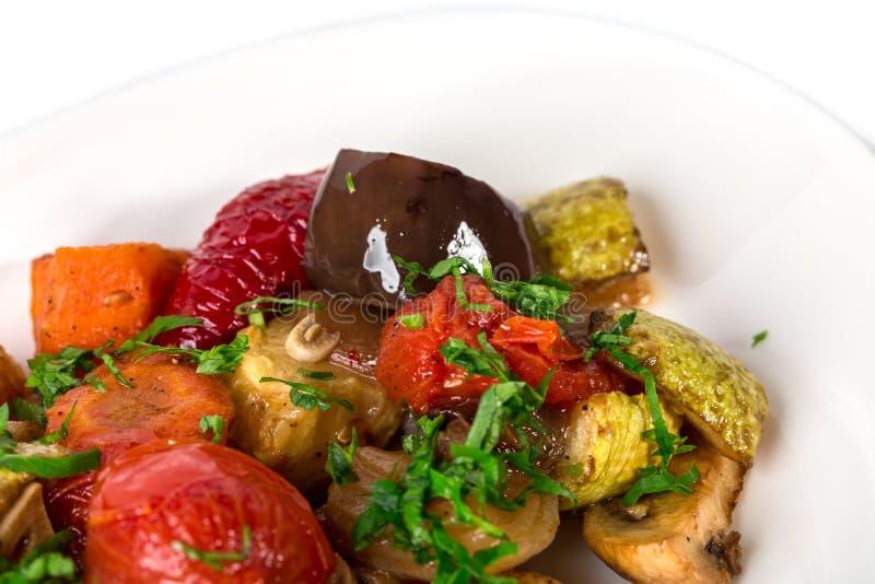 läcker stekt auberginemat grillade grönsaker för nutritious smakliga tomater för champinjoner vegetariska praktiska royaltyfri bild