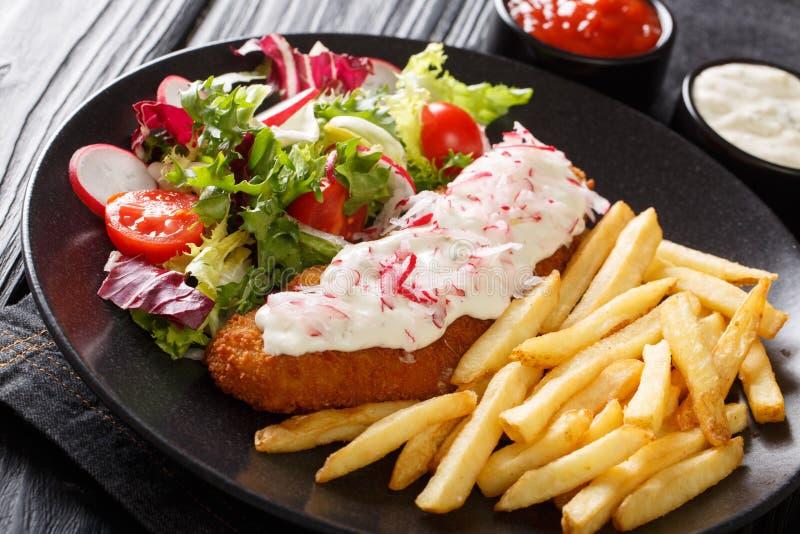 L?cker stekt lyrtorsk med franska sm?fiskar och ny salladn?rbild p? en platta och s?ser horisontal royaltyfria bilder