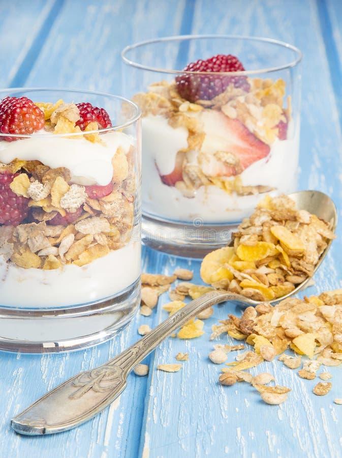 Läcker sund frukost av röda frukter med sädesslag royaltyfria bilder
