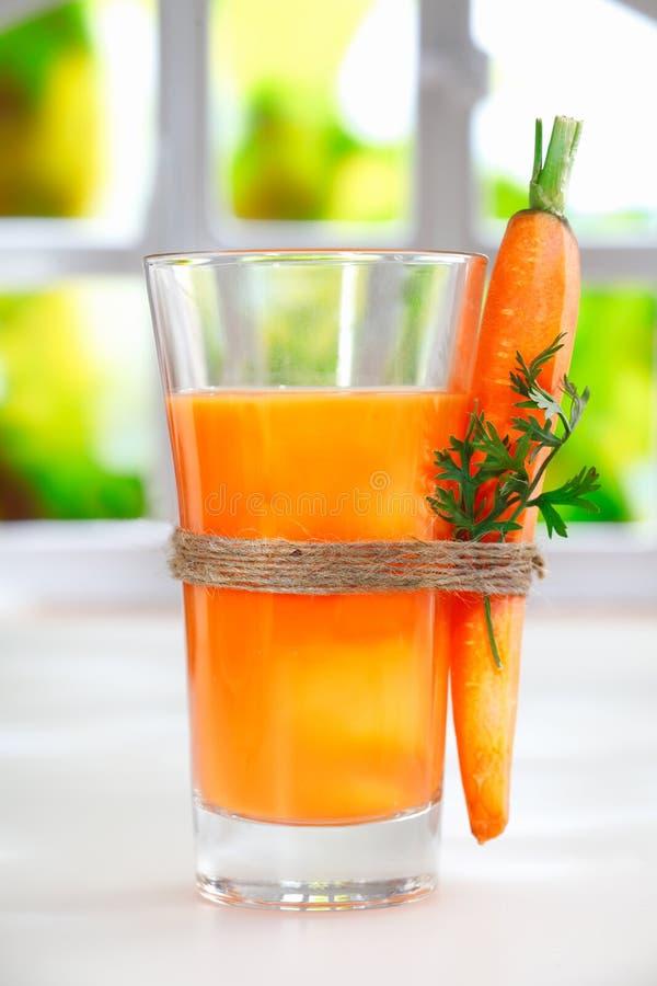 Läcker sund liquidised morotfruktsaft royaltyfri bild