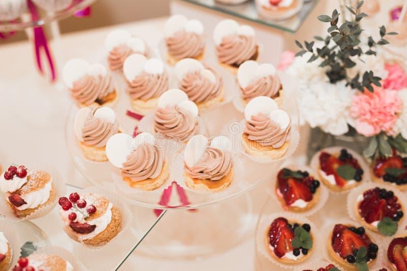 Läcker tabell för efterrätt för stång för godis för bröllopmottagande royaltyfri bild
