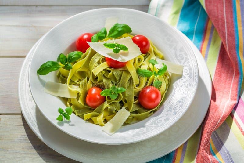 Läcker tagliatelle med basilika och tomaten royaltyfri fotografi