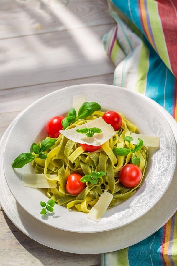 Läcker tagliatelle med tomaten och basilika fotografering för bildbyråer