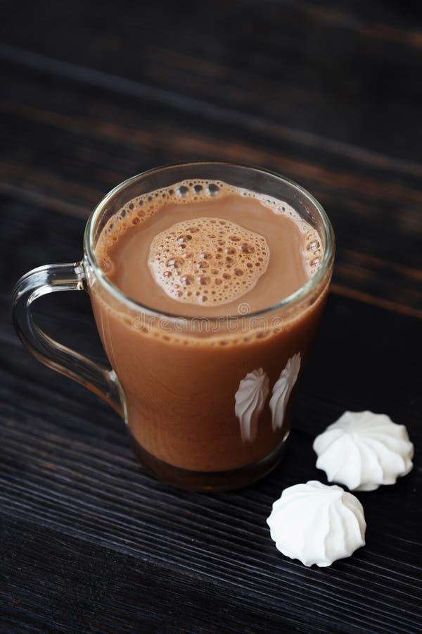 Läcker tjock varm choklad med maräng på tabellen royaltyfri foto