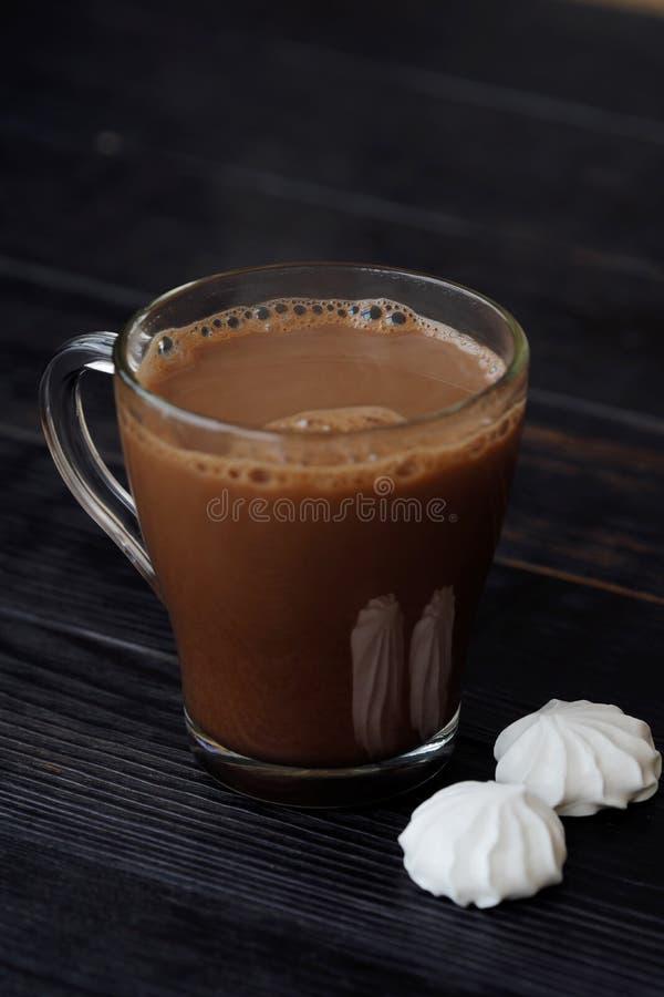 Läcker tjock varm choklad med maräng på tabellen royaltyfria bilder