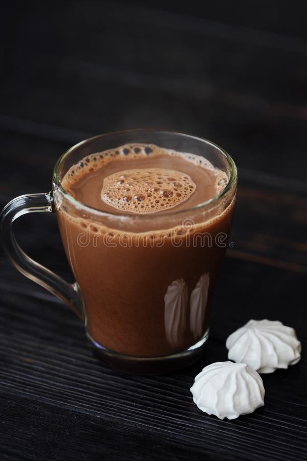 Läcker tjock varm choklad med maräng på tabellen arkivbild