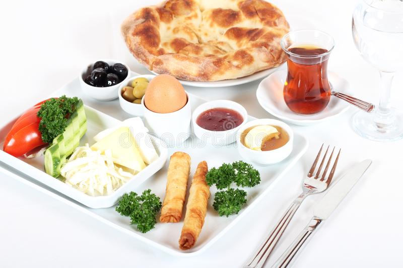 Läcker traditionell turkisk frukost med turkiskt te royaltyfri foto