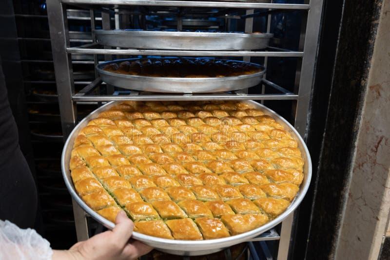 Läcker turkisk sötsak, baklava med gröna pistaschmuttrar arkivfoto