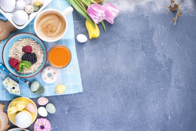 Läcker vårfrukost på en bakgrund av grå färgstenen nya tulpan för bukett Små och stora kulöra påskägg Havremjöl, arkivfoton