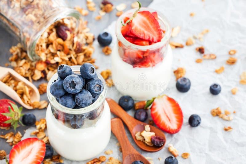 Läcker vanlig yoghurt med det nya blåbäret och jordgubben i a royaltyfri fotografi