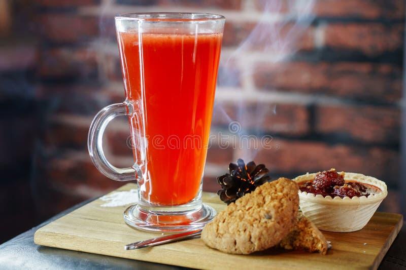 Läcker varm coctail med kakor och den söta jordgubbeefterrätten arkivfoton