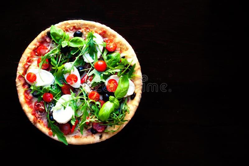 Läcker varm pizza med champinjoner, mozzarellaen och peperonin på royaltyfri foto