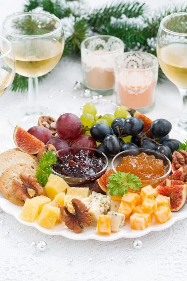 Läckerhetost och fruktplatta till ferien på tabellen royaltyfri fotografi