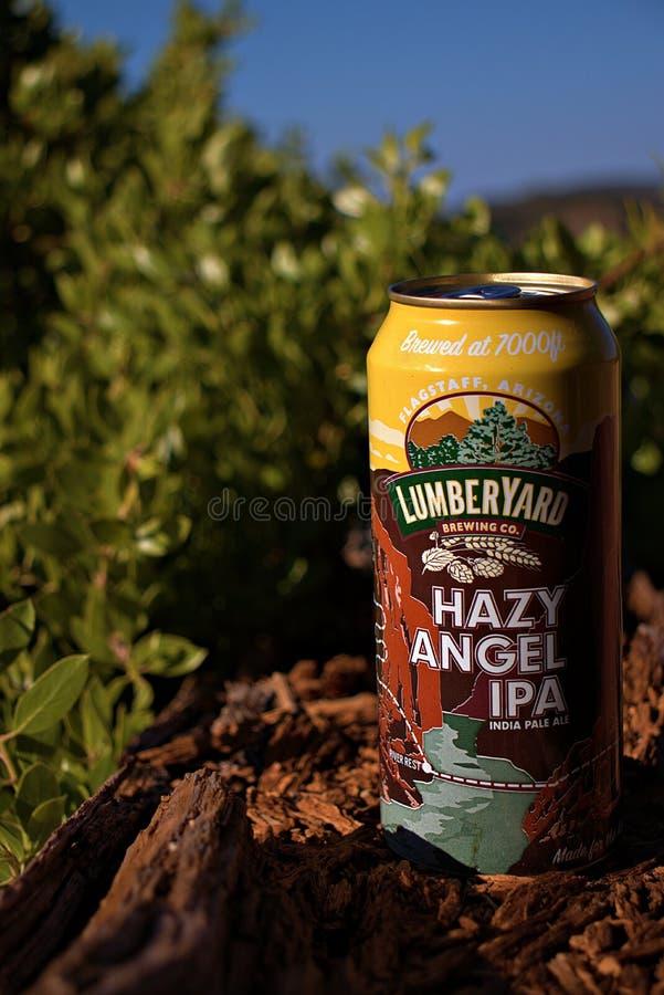 Läckert öl från lumberyard, medan campa arkivfoto