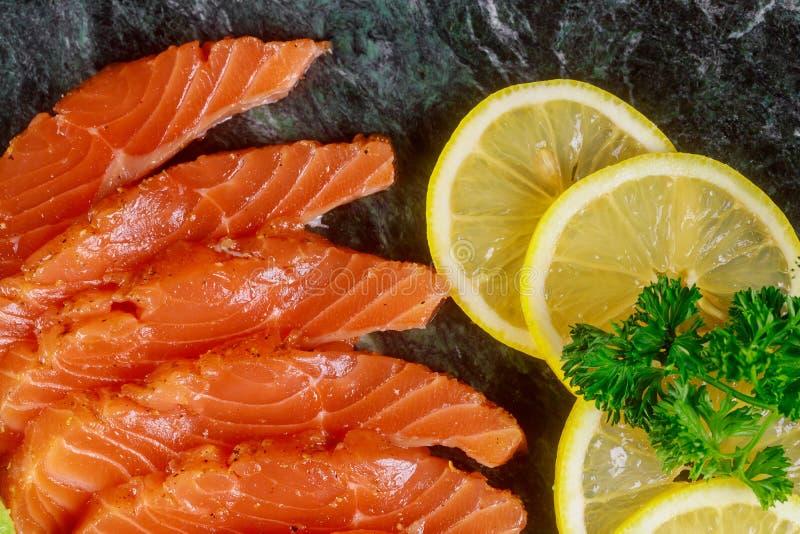 Läckert av sund mat på plattalaxen, den näringsrika lunchen för citron eller matställen royaltyfri foto