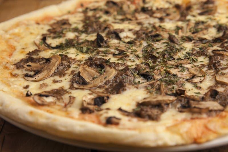 Läckert champinjonpizzaslut upp royaltyfria bilder