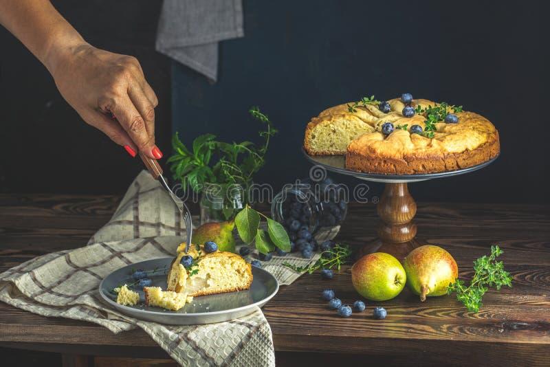 Läckert efterrättblåbär som är syrligt med nya bär och päron, söt smaklig ostkaka, bärpaj Konstnärlig fransk kokkonst fortfarande royaltyfria foton