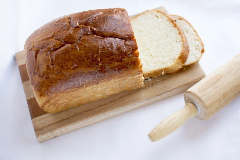 Läckert hemlagat vitt bröd på den wood skärbrädan utvald fo royaltyfri bild