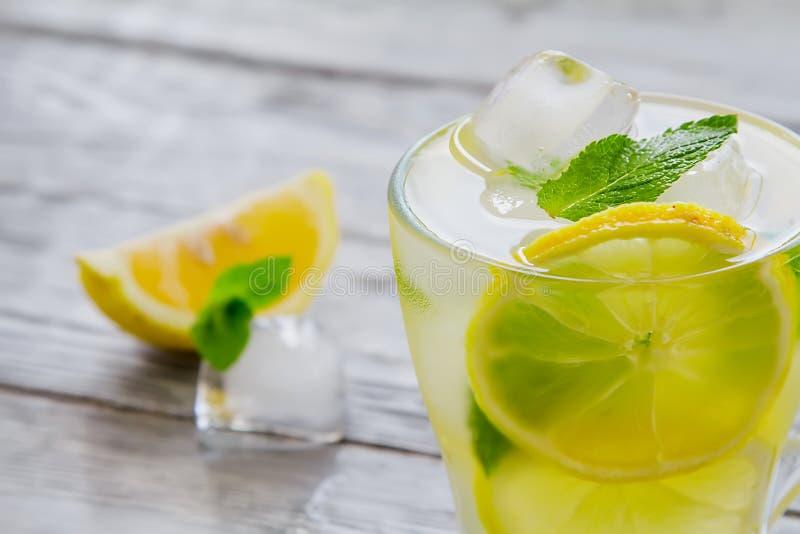 Läckert kallt grönt te med citronnärbild royaltyfri foto