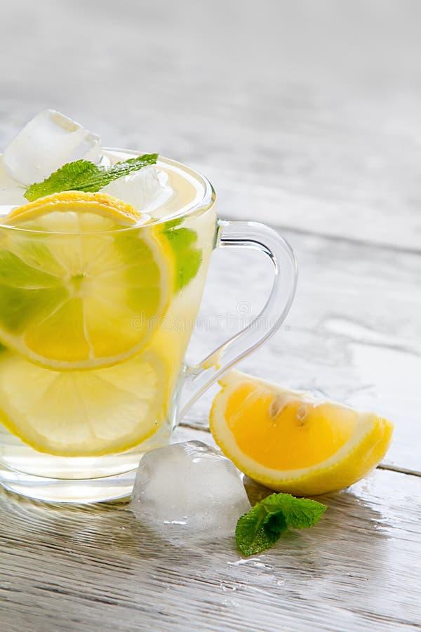 Läckert kallt grönt te med citronnärbild royaltyfri bild