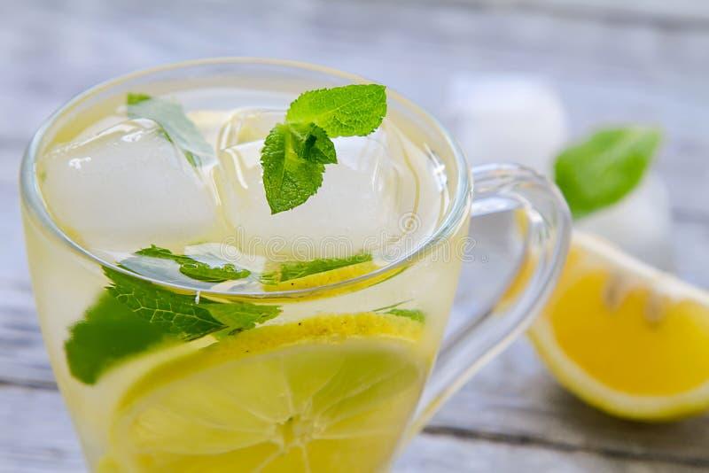 Läckert kallt grönt te med citronnärbild arkivfoto