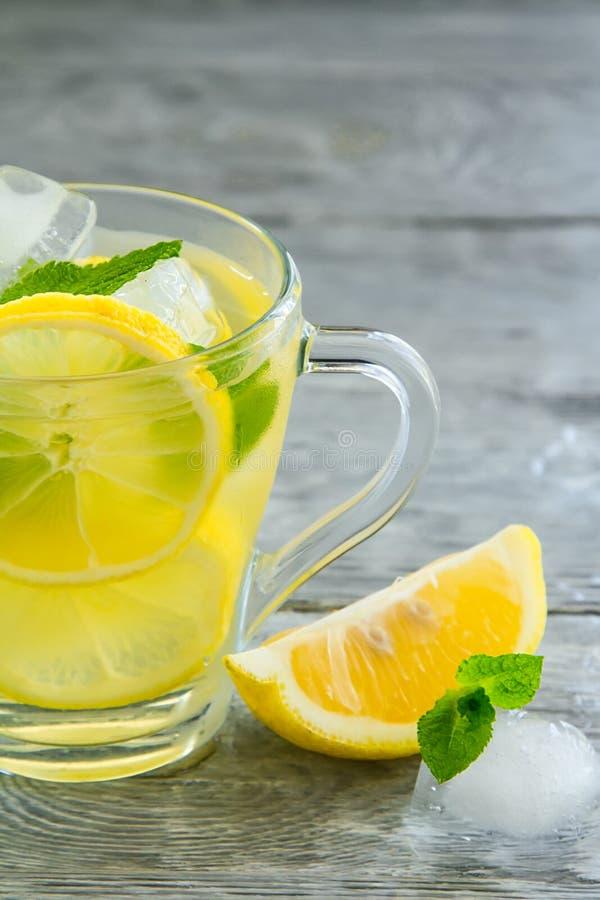 Läckert kallt grönt te med citronnärbild fotografering för bildbyråer