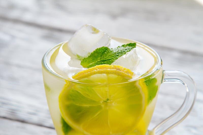 Läckert kallt grönt te med citronnärbild arkivfoton