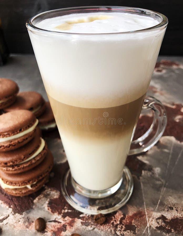 Läckert lattekaffe med chokladkakasikt fotografering för bildbyråer