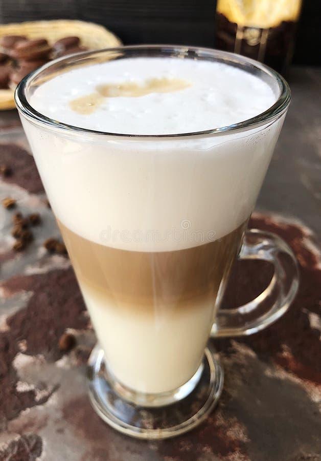 Läckert lattekaffe med chokladkakasikt royaltyfri fotografi