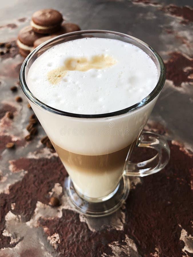Läckert lattekaffe med chokladkakasikt royaltyfria foton