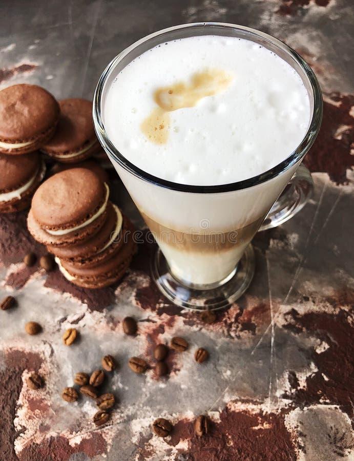 Läckert lattekaffe med chokladkakasikt arkivbilder