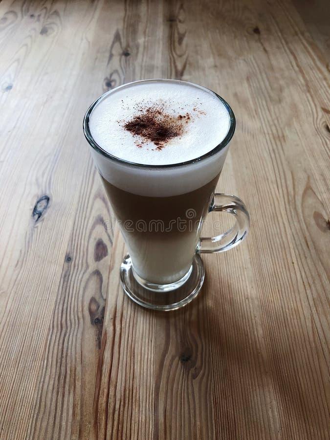 Läckert lattekaffe på trätabellsikt arkivfoton
