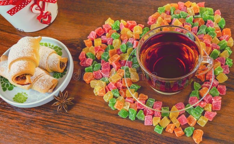 Läckert morgonte med kakor och sötsaker arkivbild