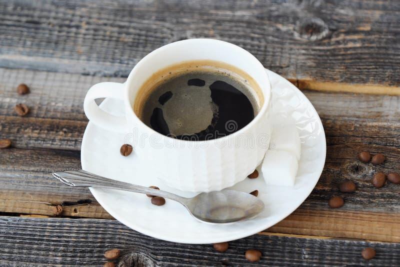 Läckert nytt Americano kaffe på trätabellen royaltyfria foton