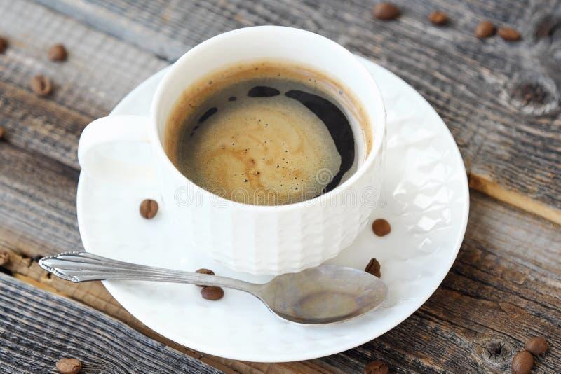 Läckert nytt Americano kaffe på trätabellen arkivbilder