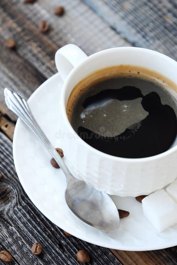 Läckert nytt Americano kaffe på trätabellen royaltyfri foto