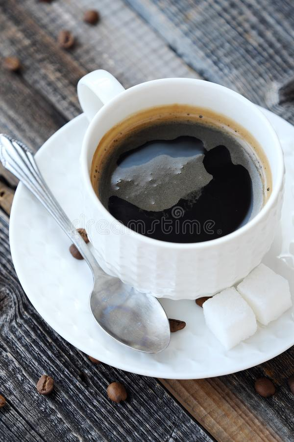 Läckert nytt Americano kaffe på trätabellen arkivbild