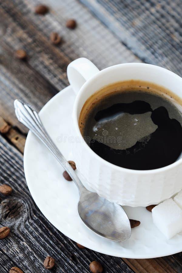 Läckert nytt Americano kaffe på trätabellen arkivfoto