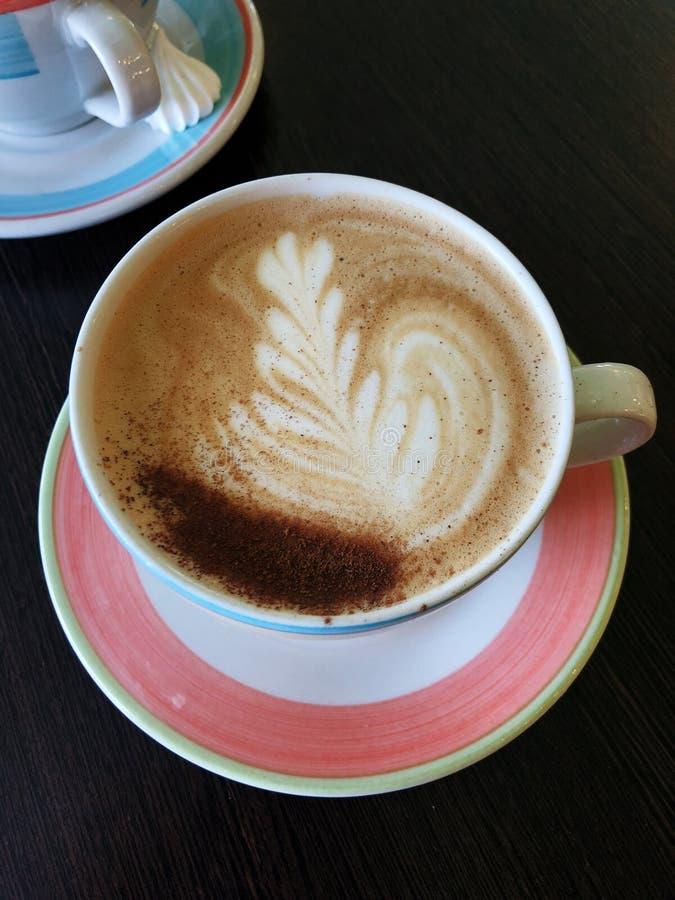 Läckert nytt cappuccinokaffe på trätabellen royaltyfri fotografi